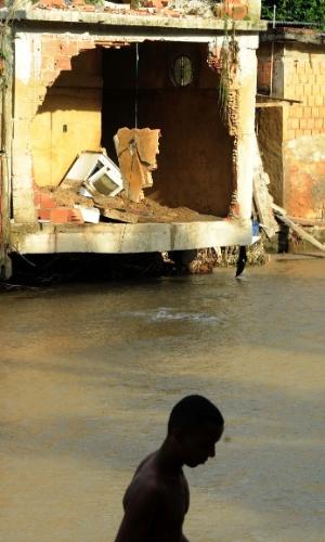 8.jan.2013 - Moradores de Xerém, em Duque de Caxias (RJ), convivem com escombros resultantes das enchentes que castigaram a região