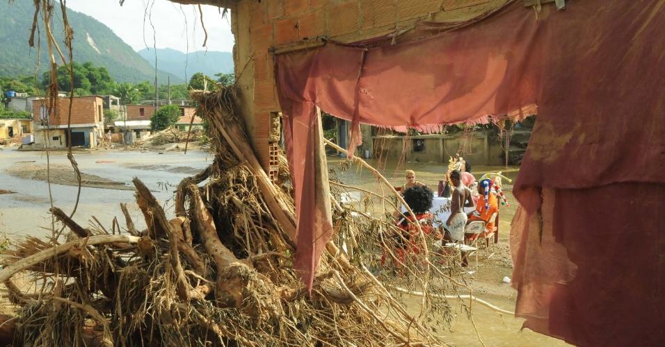 8.jan.2013 - Moradores de Xerém, em Duque de Caxias (RJ), sofrem com poeira dos escombros e do barro seco resultantes das enchentes que castigaram a região