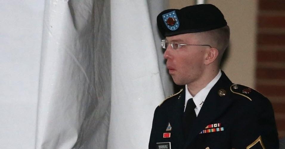 8.jan.2013 - O soldado Bradley E. Manning é escoltado de uma audiência, nesta terça-feira (8), em Fort Meade, Maryland (EUA). Manning é acusado de vazar documentos confidenciais sobre as guerras do Iraque e Afeganistão. Há suspeitas de que o soldado recebeu tratamento ilegal e maus tratos durante seu confinamento prévio e que por isso ele terá uma redução de pena se for condenado. O julgamento está marcado para 6 de março