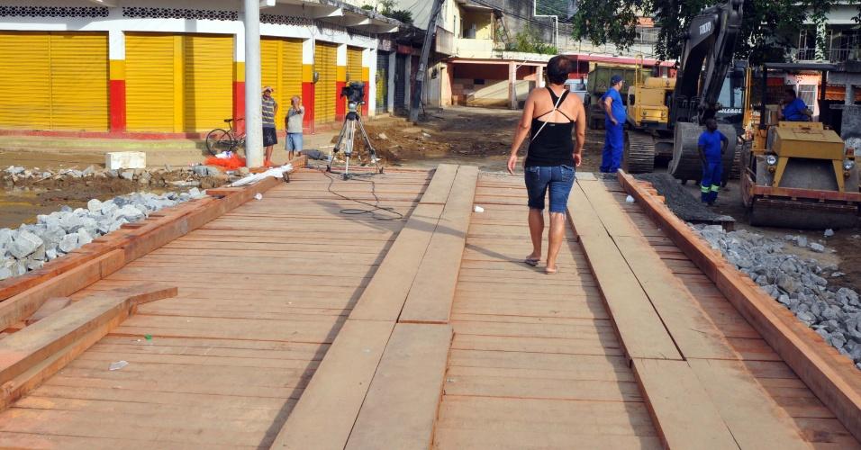 8.jan.2013 - Ponte destruída pelas chuvas em Xerém, distrito de Duque de Caxias (RJ), é reaberta nesta terça-feira (8), para passagem de pedestres e de um carro por vez. A prefeitura estima que serão necessários R$ 30 milhões para a reconstrução do distrito
