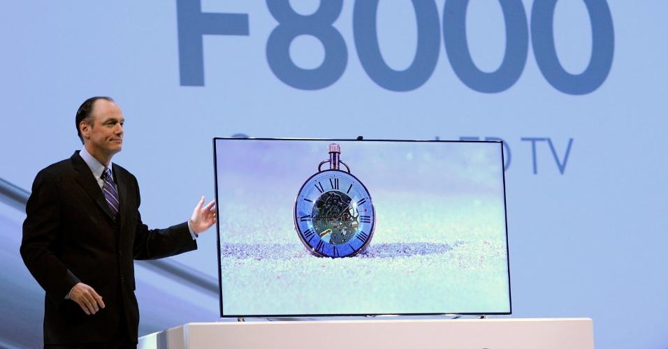 8.jan.2013 - Tim Baxter, da Samsung, apresenta modelo LED F8000. Serão as primeiras televisões da fabricante com processador quad-core, o que torna os aparelhos até três vezes mais rápidos que os lançados pela Samsung em 2012. Os modelos são ultrafinos, com cerca de 0,6 cm de espessura