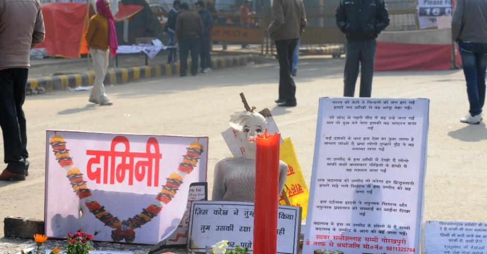 8.jan.2013- Ativistas montam memorial em homenagem à universitária de 23 anos vítima de um estupro coletivo em dezembro do ano passado, em Nova Déli, na Índia. Os cincos acusados pelo crime compareceram à primeira audiência do caso nesta segunda-feira (7), para ouvirem as acusações de estupro e homicídio. O crime aconteceu no dia 16 de dezembro, e a jovem morreu no dia 28
