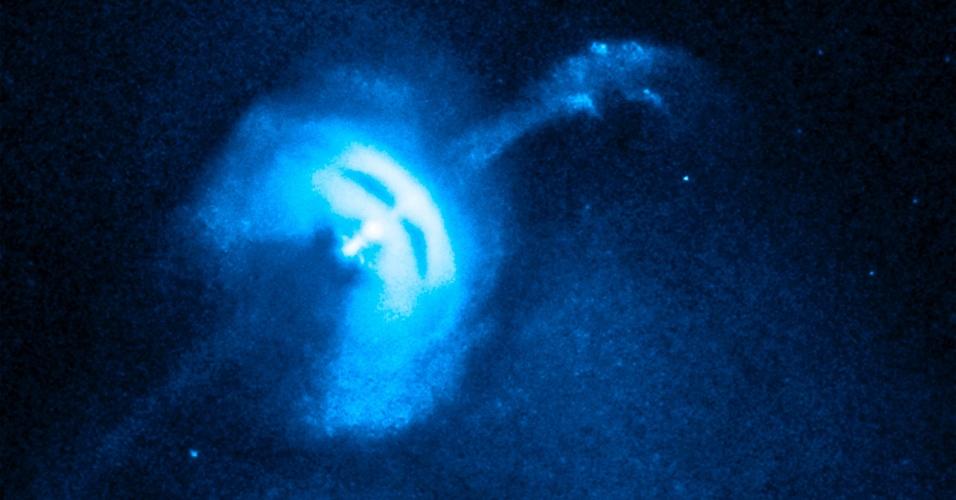8.jan.2013- Pulsar Vela, uma estrela de nêutrons muito pequena e densa, em alta rotação expele partículas em imagem do Observatório Chandra de raio-X da Nasa.