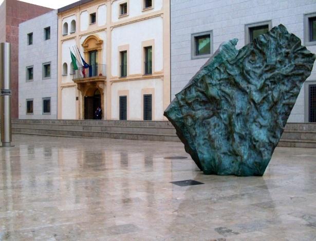 A chamada praça da memória é dedicada ao juiz Giovanni Falcone, à sua mulher, Francesca Morvillo, e a todos os mártires que lutaram contra a máfia italiana. Foi inaugurada em 2006 pelo então presidente da Itália, Carlo Azeglio Ciampi