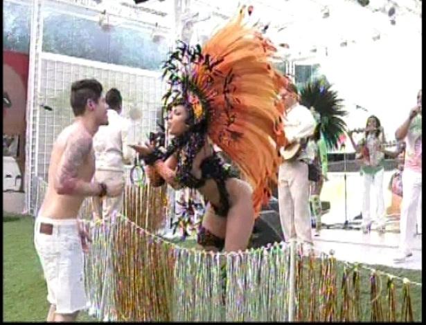 A escola de samba Mocidade Alegre faz show para os oito confinados no primeiro dia do BBB13