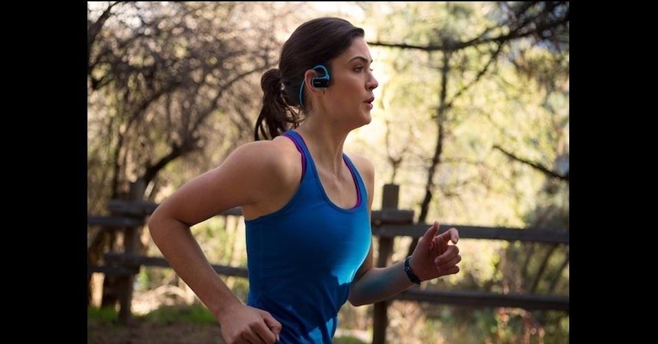 8.jan.2013 - A Sony apresentou nesta segunda-feira (7) uma versão de seu Walkman que reproduz arquivos em MP3, capaz de executar músicas durante uma hora com apenas três minutos de carga. Como se isso já não fosse legal o bastante, o fone de ouvido ainda é à prova de água e pode ficar até 2 metros submerso. O produto estará disponível em março por U$ 100 (cerca de R$ 200). A empresa não divulga qual a capacidade de armazenamento da novidade