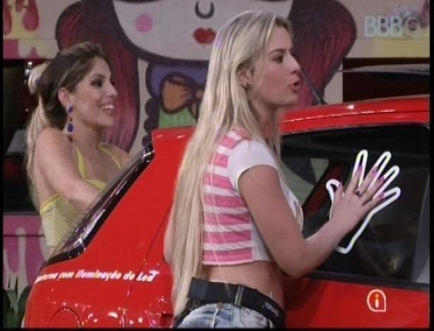 Anamara e Fernanda conversam com outros brothers durante prova de resistência