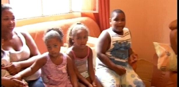 Família de Aline em casa acompanha visita da produção do