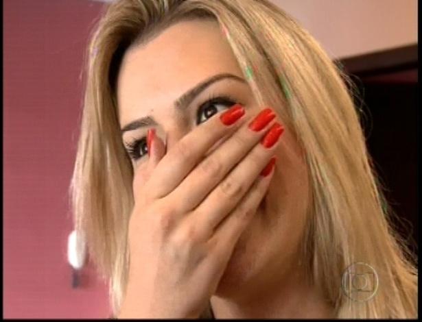 Fernanda se emociona ao receber a equipe de BBB em sua casa
