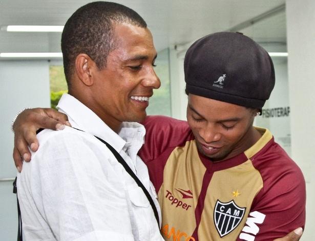 Gilberto Silva e Ronaldinho Gaúcho se abraçam na reapresentação do Atlético-MG (7/1/2013)