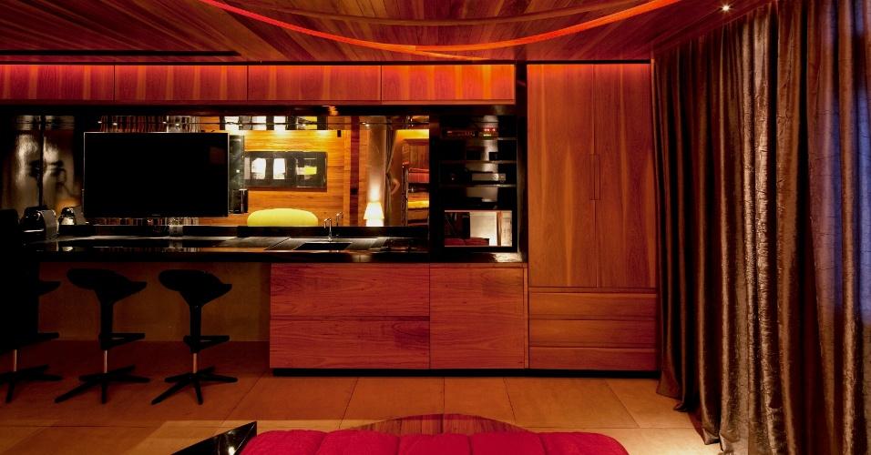 é uma solução mais que enxuta para uma cozinha: os arquitetos Ivo Mareines e Rafael Patalano, em exíguos 37 m², encaixaram em uma mesma bancada os eletrodomésticos da cozinha e o home theater