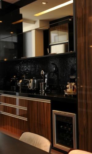 O revestimento em pastilha (Vidrotil), o laminado amadeirado e brilhante dos armário e a bancada em granito levaram sofisticação à cozinha gourmet, idealizada por Marcelo Mujalli, que se integra aos ambientes de uso social da residência