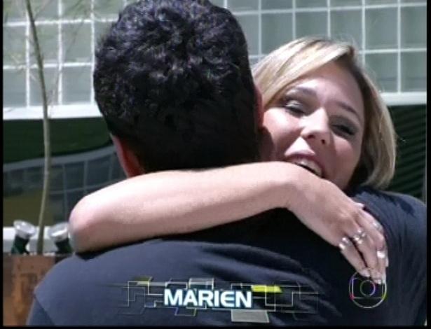 Marien cumprimenta André
