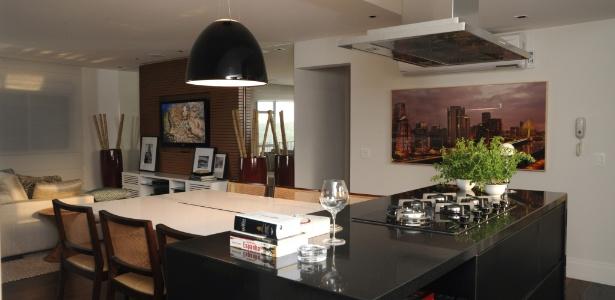 Marta Sá Oliveira projetou cozinha integrada com ilha de cocção central e ligada à mesa para refeições - Celina Germer/ Divulgação