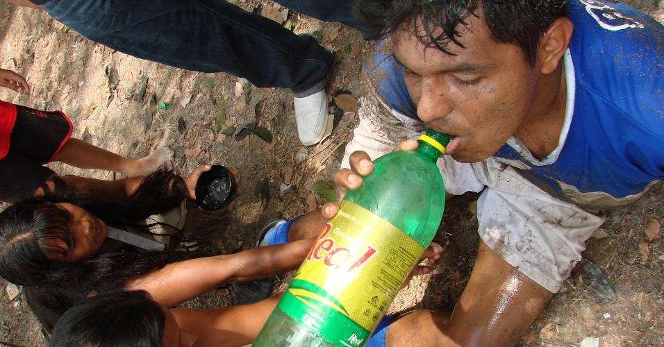 Jogador da categoria indígena se refresca em intervalo de jogo do torneio amador do Amazonas