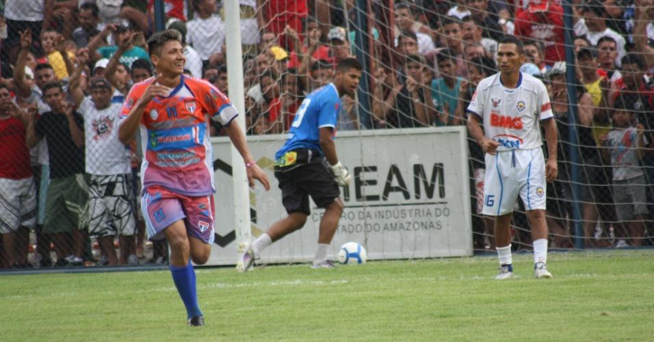 Jogador comemora gol em jogo da categoria principal; ao fundo, torcida lota arquibancada para ver o Peladão