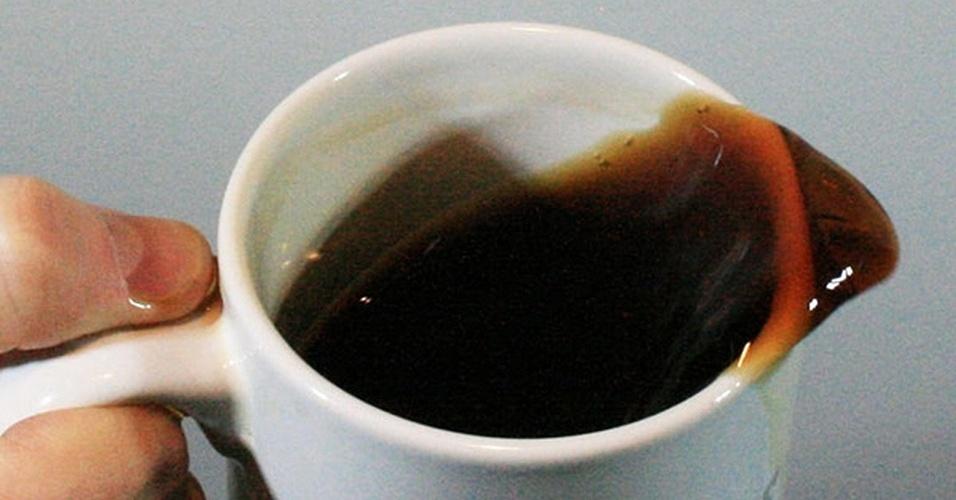 """Tirar mancha de café do tapete pode ser difícil, mas uma pesquisa da Universidade da Califórnia, nos Estados Unidos, ensina como evitar isso. Rouslan Krechetnikov,engenheiro mecânico, descobriu que o balanço do líqudo produz uma frequência padrão que é determinada, basicamente, pelo tamanho do seu recipiente. Mas, como o tamanho das populares canecas produz uma frequência que """"coincide"""" com as das pernas em movimento, o café sempre vai oscilar bastante durante a caminhada. Para não derrubar café, bastam duas dicas simples: andar devagar e não encher a caneca até a boca - é preciso de, ao menos, um oitavo do diâmetro do recipiente livre para não espirrar café nos outros (cerca de um centímetro deve resolver)"""