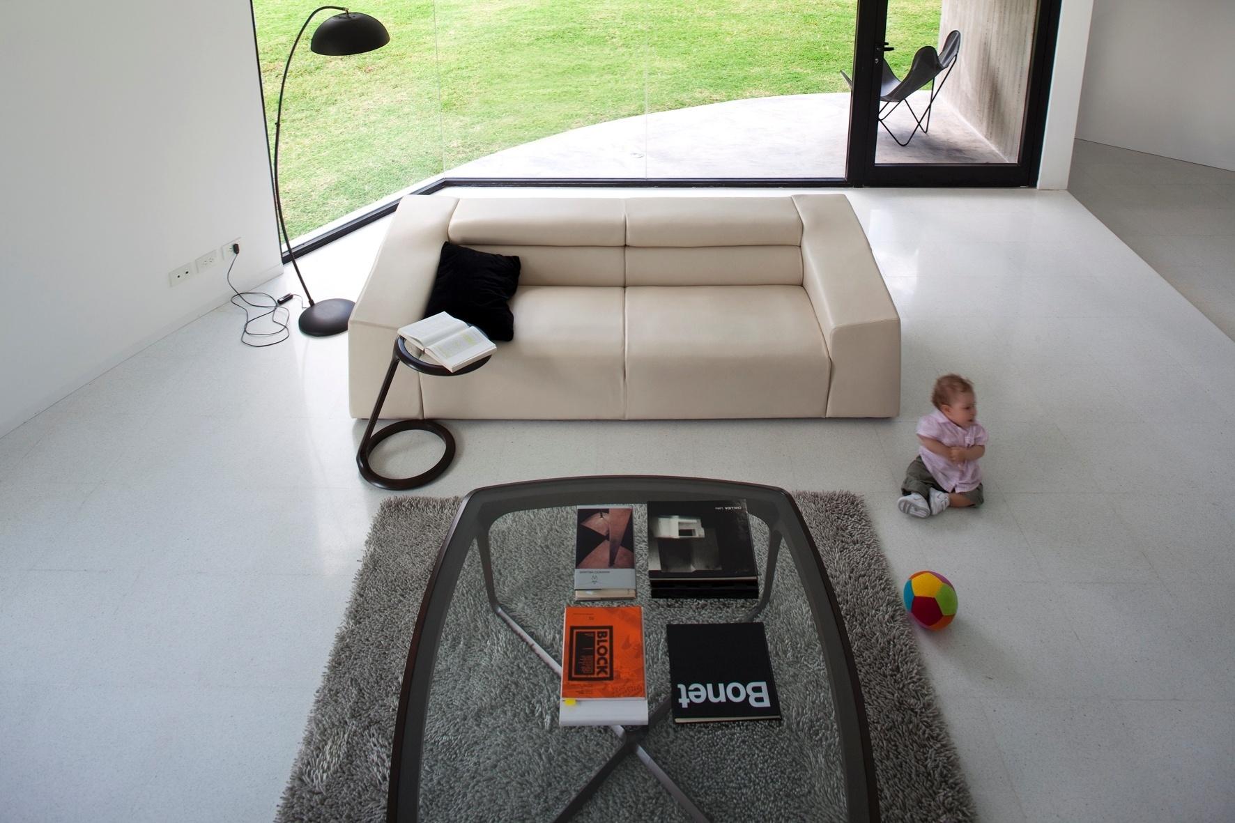 O piso da sala de estar, no térreo, é de granito polido e o recorte arredondado do ambiente acompanha a linha da fachada. A vista (foto) é a partir do pavimento intermediário, onde fica uma sala reservada à convivência da família que habita a View House. A arquitetura é de Diego Arraigada, Mark Lee, Sharon Johnston