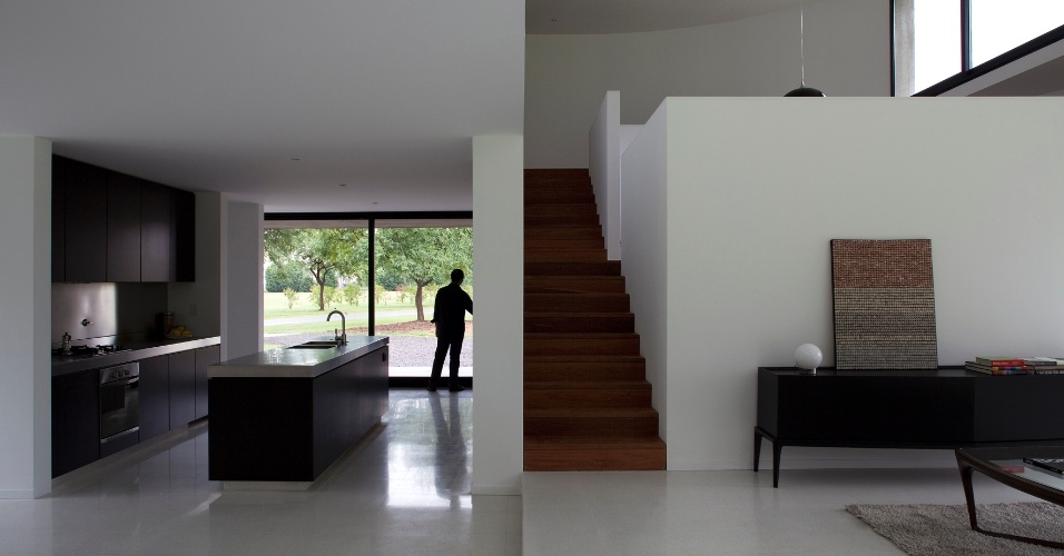 O living principal da residência é um espaço contínuo que evolui em espiral (de baixo para cima, pela escada à direita), partindo da cozinha e seguindo em direção às salas de jantar e estar, à convivência da família (em um pavimento intermediário), ao estúdio e ao corredor dos dormitórios (no pavimento superior). A dinâmica da circulação determina, também, um aumento da privacidade à medida que o térreo se distancia. A View House foi projetada por Diego Arraigada, Mark Lee e Sharon Johnston
