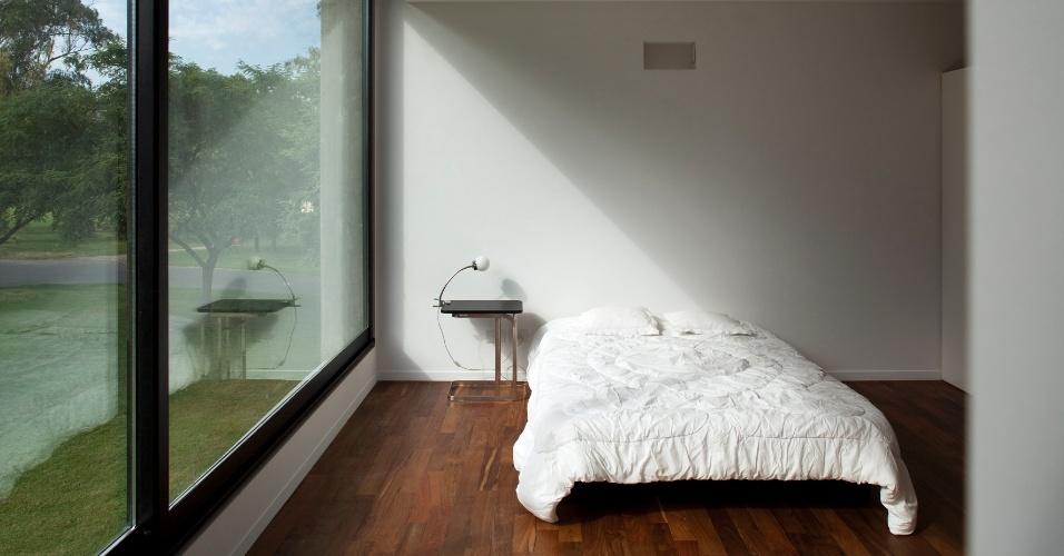 A própria arquitetura faz a decoração dos interiores, o que se concretiza na simplicidade dos elementos que compõem os espaços: no quarto, uma cama e um criado com luminária. no ambiente, o que chama mais atenção é a inclinação da entrada da luz natural sobre o leito, formando um triângulo-retângulo com o piso de tacos de ipê roxo. O projeto da View House é de Diego Arraigada, Mark Lee e Sharon Johnston