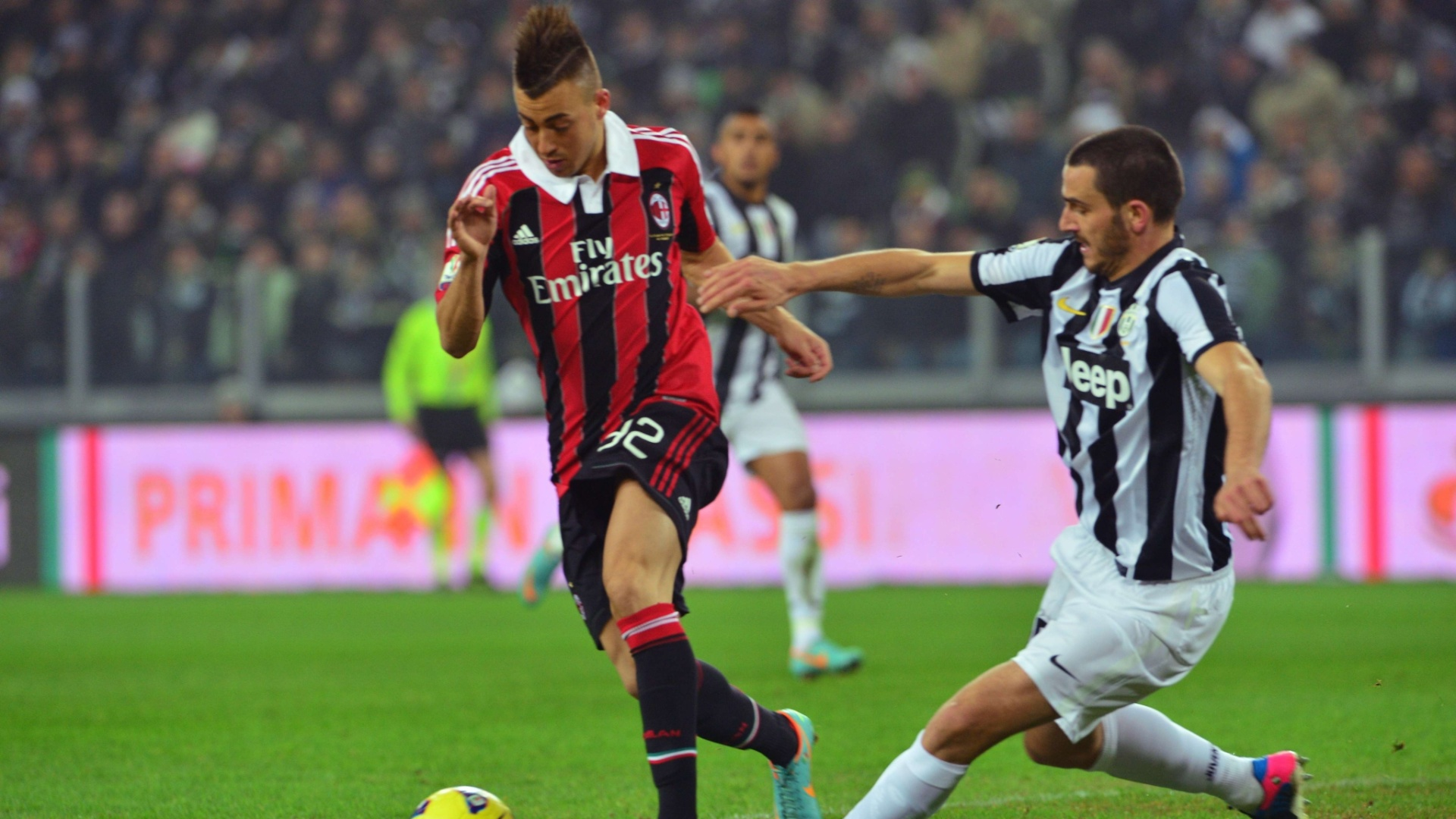 09.jan.2013 - Stephan El Shaarawy, do Milan, recebe o combate de Leonardo Bonucci, da Juventus