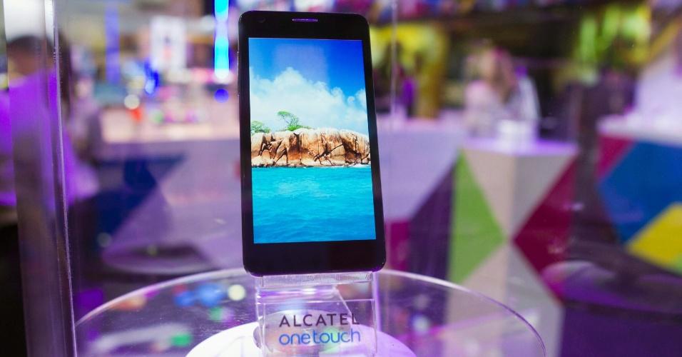 A Alcatel mostrou na CES 2013 o smartphone One Touch Idol Utra. Apesar do nome gigante, a companhia diz ter feito o celular mais fino do mundo, com espessura de 6,45 milímetros (o iPhone 5 tem 7,6 mm). O smartphone da Alcatel tem tela de 4,7 polegadas, processador dual-core de 1,2 GHz, 1 GB de memória RAM e uma câmera traseira de 8 megapixels