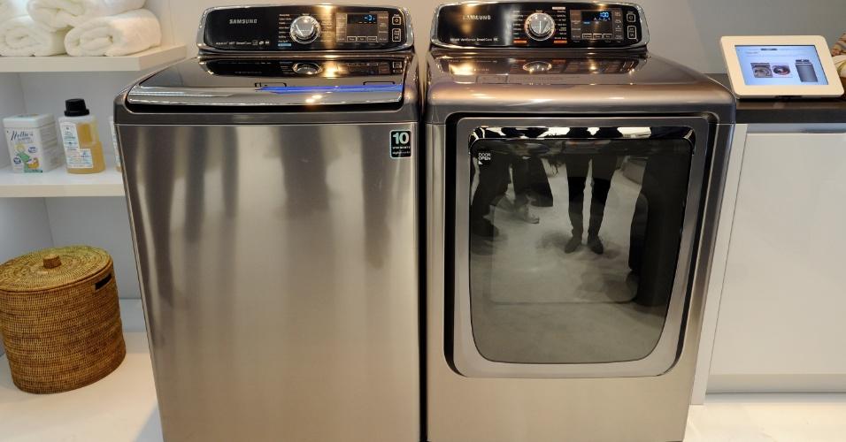 9.jan.2013 - A Samsung trouxe pela primeira vez itens da sua linha de eletrodomésticos para a CES, feira de tecnologia realizada em Las Vegas (EUA). Na imagem, a máquina de lavar e a secadora da linha Smart Care. A empresa sul-coreana também apresentou fornos e modelos de geladeira conectadas à internet