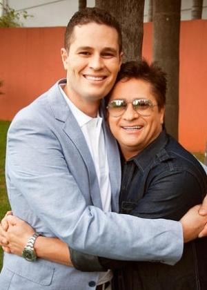 8.jan.2013 - Pedro Leonardo posa ao lado do pai, o sertanejo Leonardo