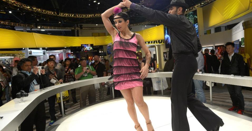 8.jan.2013 ? Dançarinos fazem apresentação em estande do evento