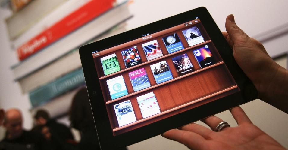 8.mar.2012 - Mulher segura Ipad após lançamento de novo sistema de mensagens de texto