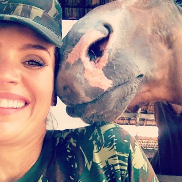 9.jan.2013 - Flávia Alessandra divulga foto com cavalo nos bastidores de