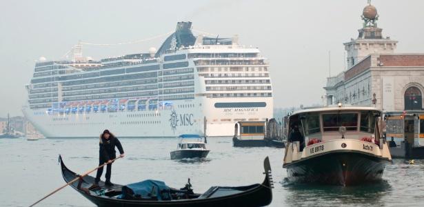 Em imagem de janeiro de 2013, o navio MSC Magnifica passa pela região da Praça de São Marcos, em Veneza, na Itália