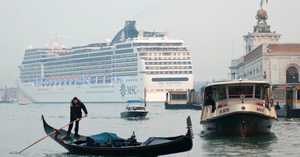 9.jan.2013 - Imagem mostra o navio MSC Magnifica passando perto da Praça de São Marcos, em Veneza, na Itália. Um ano após o naufrágio do navio de luxo Costa Concordia na ilha de Giglio, na Itália, navios de cruzeiro ainda navegam perto da costa