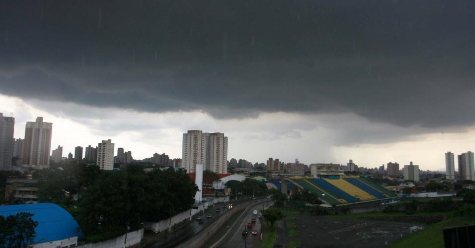 9.jan.2013 - Nuvens carregadas são vistas no horizonte na cidade de Santo André, no ABC paulista