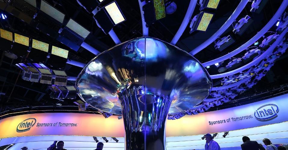 9.jan.2013 - O estande da Intel tem uma ''árvore'' montada com computadores ultrabook (essas máquinas são finas e velozes)