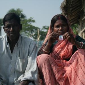 Pais indianos mostram foto de filha sequestrada e provavelmente vendida pelo tráfico de pessoas