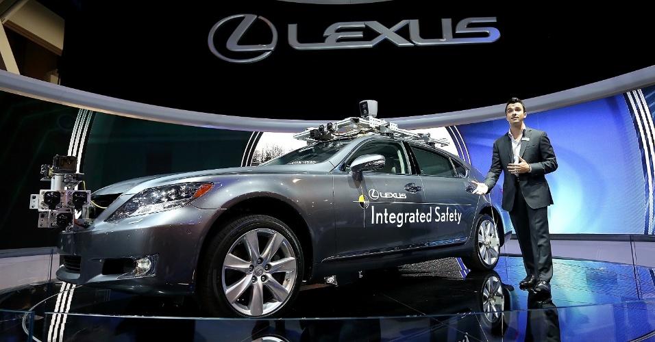 9.jan.2013 - Sistema computadorizado permite que Carro Lexus LS dirija sozinho