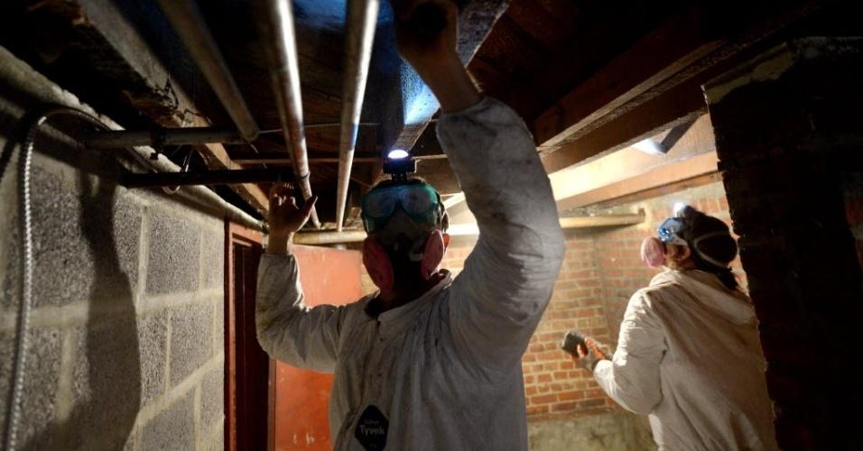 9.jan.2013 - Voluntários trabalham em casa afetada pela tempestade tropical Sandy,em Nova York (EUA). Dezenas de pessoas ainda enfrentam problemas provocados pela passagem do fenômeno pela região, ocorrida no fim de outurbo do ano passado