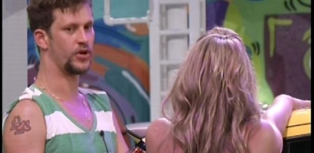 Aslan e Fani conversam durante a 1ª prova do programa