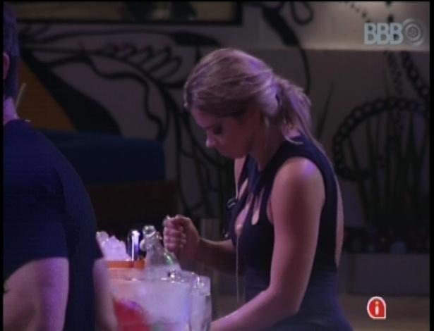 Fani prepara um drink observada por Eliéser, com quem trocou carinhos na tarde de quarta-feira (9)