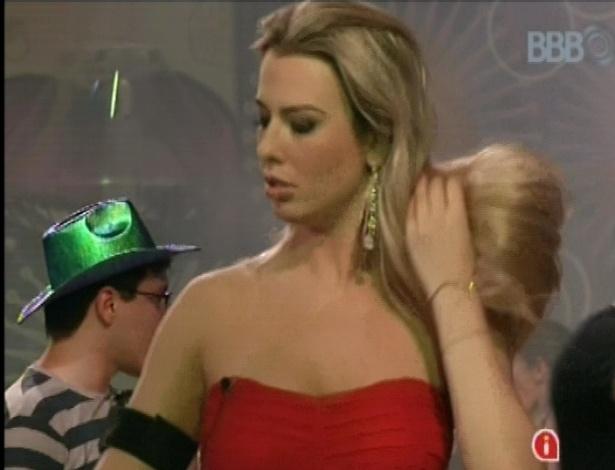 Fernanda se mostrou animada logo no começo da festa