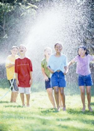 Improvisar atividades com água nos dias quentes, no quintal ou na varanda, diverte as crianças - Thinkstock