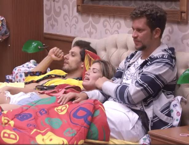 Eliéser, Fani e Aslan conversam na cama com Natalia e Marien no quarto Brechó