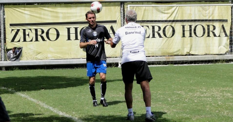 Lateral esquerdo Fábio Aurélio faz um trabalho especial com o preparador físico Antônio Mello do Grêmio (09/01/2013)