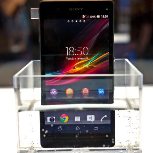 Xperia Z, da Sony, tem 5 polegadas, processador quad-core Snapdragon S4, sistema Android Jelly Bean (4.1.2), câmera de 13 megapixels e traseira emborrachada, resiste a água e poeira. O grande destaque é a alta resolução da tela (Full HD 1080 x 1920 pixels), com tecnologia semelhante à das TVs da fabricante, chamada Mobile Bravia Engine 2