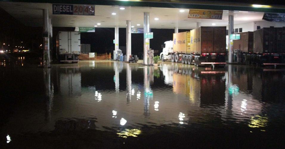10.jan.2013 - A chuva provocou alagamento em vários pontos da rodovia Fernão Dias, como neste posto de gasolina, em Atibaia (SP). A via ficou bloqueada após o transbordamento de um rio que passa próximo à cidade