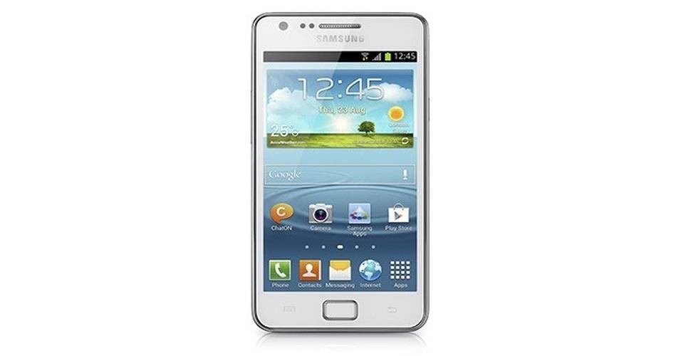 """10.jan.2013 - A Samsung anunciou uma versão do smartphone Galaxy SII com um """"algo a mais"""", literalmente. O aparelho, que leva o nome de Galaxy SII Plus, é parecido com a versão tradicional do produto, mas vem com processador de 1.2 GHz dual-core, câmera traseira de 8 megapixels, armazenamento de 8 GB, que pode ser expandido para 64 GB com uso de cartão microSD e Android 4.1.2 (Jelly Bean). Ainda não há previsão de lançamento ou preço"""
