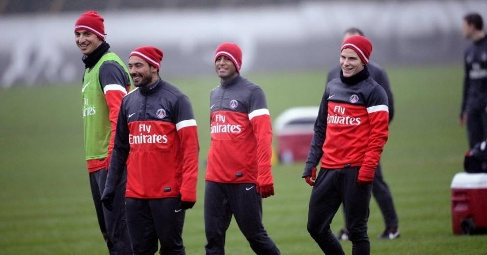 10.jan.2013 - Cercado por companheiros, Lucas sorri em treino do Paris Saint-Germain; ele será titular em sua estreia em jogos oficiais