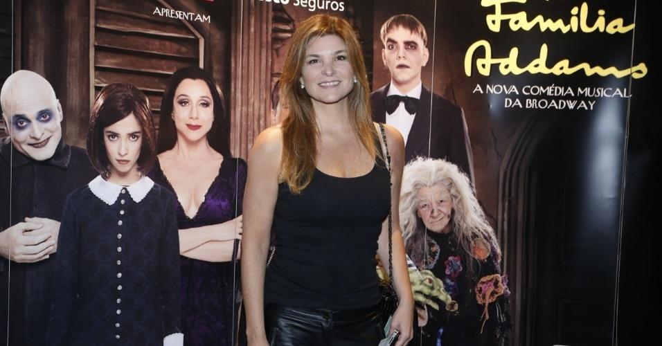 """10.jan.2013 - Cristiana Oliveira prestigiou a estreia do musical """"A Família Addams"""" em uma casa de espetáculos no Rio"""