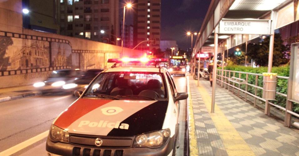 10.jan.2013 - Homem ainda não identificado é baleado em ponto de ônibus na Avenida Nove de Julho, na região dos Jardins, zona sul de São Paulo (SP), na noite desta quinta-feira (10). Segundo informações de policiais militares que fazem patrulhamento com auxílio de bicicletas, o rapaz foi baleado por um desconhecido, que fugiu do local